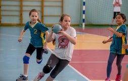 Het handbal van het jonge geitjesspel binnen Sporten en fysische activiteit Opleiding en sporten voor kinderen royalty-vrije stock foto