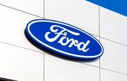 Het handel drijventeken Ford op het bureau van officiële handelaar stock afbeeldingen
