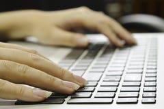 Het handenwerk aangaande toetsenbord Royalty-vrije Stock Afbeeldingen