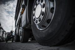 Het handhaven van Semi Vrachtwagenbanden royalty-vrije stock afbeelding