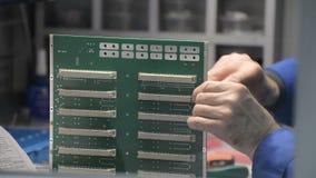 Het handinstallatie en schroeven van schakelaars aan PCB stock footage