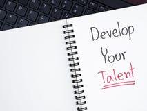 Het handschrift ontwikkelt Uw Talent op laptop toetsenbord stock afbeeldingen