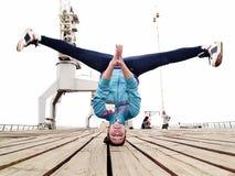 Het handstanding van Breakdancer met hoofd Stock Foto's