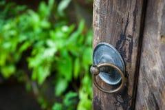 Het handvat op de oude poort in de groene tuin en de werf Stock Foto's