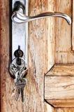 Het handvat van de deur met sleutels Stock Afbeeldingen