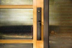 Het Handvat van de deur op de Geweven Deur van het Glas Royalty-vrije Stock Afbeeldingen