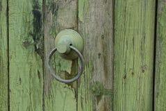 Het handvat van de ijzerdeur met een ring op een houten deur Royalty-vrije Stock Afbeeldingen