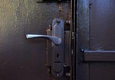 Het handvat van de ijzerdeur op ijzer grijze deuren royalty-vrije stock afbeelding