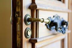 Het handvat van de ingangsdeur met sleutelgat Sluit omhoog mening Royalty-vrije Stock Foto's