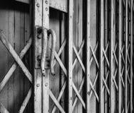 Het handvat van metaalschuifdeur in zwart-wit Royalty-vrije Stock Afbeeldingen