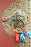 Het handvat van oude deur in China stock afbeelding