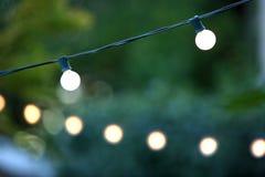 Het hangen decoratieve Kerstmislichten Stock Afbeeldingen