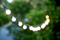 Het hangen decoratieve Kerstmislichten Stock Fotografie