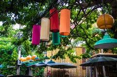 Het hangen Gekleurde Lichten en Lantaarns in Bangkok Stock Foto