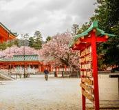 Het hangen gelukkige dingen bij Heian-Heiligdom royalty-vrije stock foto's