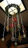 Het hangen lichten met sommige ornamenten royalty-vrije stock afbeelding