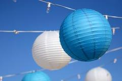 Het hangen lichten voor een partij met een blauwe hemelachtergrond. Royalty-vrije Stock Foto