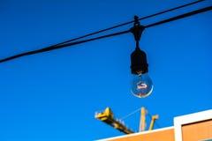 Het hangen lightbulb Stock Foto's
