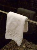 Het hangen van de handdoek in een badkamers Stock Fotografie