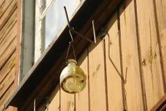 Het hangen van de klassieke val van de glasvlieg op de houten muur Stock Foto