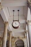 Het hangen van de klok in een overwelfde galerij Royalty-vrije Stock Foto