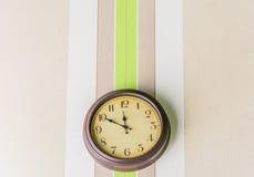 Het hangen van de klok op de muur Royalty-vrije Stock Afbeelding