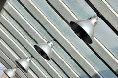 Het hangen van de lamp bij de bouw van de staalstructuur Stock Foto's