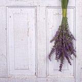 Het hangen van de lavendel van een oude deur royalty-vrije stock fotografie