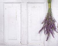Het hangen van de lavendel van een oude deur royalty-vrije stock foto