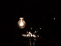 Het hangen van gloeilamp in duisternis Royalty-vrije Stock Afbeelding