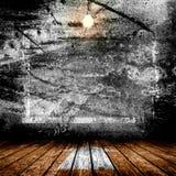 Het hangen van Gloeilamp in het Lege Concrete Zaal Binnenland Royalty-vrije Stock Fotografie