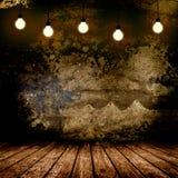 Het hangen van Gloeilamp in het Lege Concrete Zaal Binnenland Stock Foto