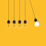 Het hangen van gloeilampen met gloeiende op een gele achtergrond Royalty-vrije Stock Afbeelding