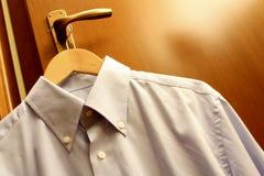 Het hangen van het overhemd Stock Foto's