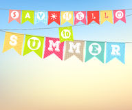 Het hangen van kleurrijke vlaggen met de inschrijving: Zeg Hello aan de zomer Royalty-vrije Stock Afbeeldingen