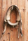 Het hangen van oude paarduitrusting 1 Stock Afbeeldingen