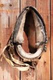 Het hangen van oude paarduitrusting 3 Stock Foto's