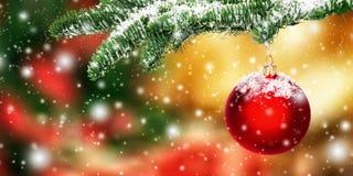 Het hangen van rode Kerstmissnuisterij in sneeuw Royalty-vrije Stock Fotografie