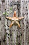 Het Hangen van Rusty Star en van het Welkome Teken op een Weatherd-Omheining royalty-vrije stock afbeeldingen
