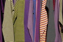 Het hangen van t-shirts Stock Foto