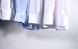 Het hangen van vijf Overhemden Stock Afbeeldingen