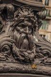 Het hangslot plakte in het fronsen van het ornament van de ijzerpool over brug bij de Zegenrivier in Parijs stock afbeelding