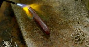 Het hanteren van stuk van metaal in workshop 4k stock videobeelden