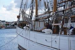 Het harde werk aangaande verankerd zeilboot & schip Stock Fotografie