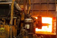 Het harde werk in een fabriek Stock Fotografie