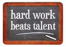 Het harde werk slaat talent - tekst op bord royalty-vrije stock foto