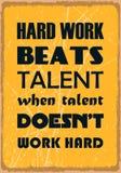 Het harde werk slaat talent wanneer het talent niet hard werkt Motivatiecitaat Vectorafficheontwerp vector illustratie