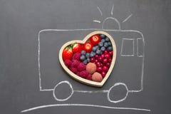 Het hart abstract concept van het gezondheidsdieet met reddingsziekenwagen op bord Royalty-vrije Stock Foto's