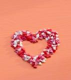Het hart dat met suiker wordt gevormd bestrooit op een houten lijst Royalty-vrije Stock Afbeeldingen