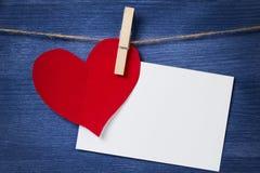 Het hart en de kaart het hangen van het document op een kabel Stock Foto's